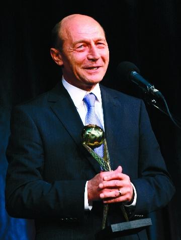 """Crema liderilor de stat, la Premiile politice """"VIP""""<br>Basescu a fentat, Orban a cintat, Iliescu a zimbit, Piersic a tacut"""