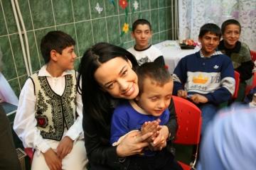 Andreea Raicu si Megastarurile au vizitat copiii orfani