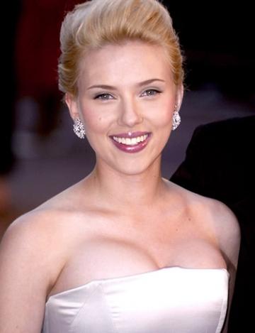 Scarlett Johansson isi pune pirostriile