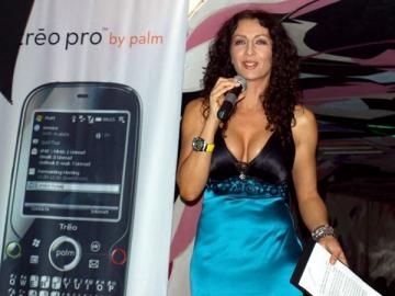 Mihaela Radulescu vinde telefoane mobile