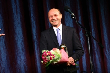 """Basescu a decorat """"granzii"""" culturii romane"""