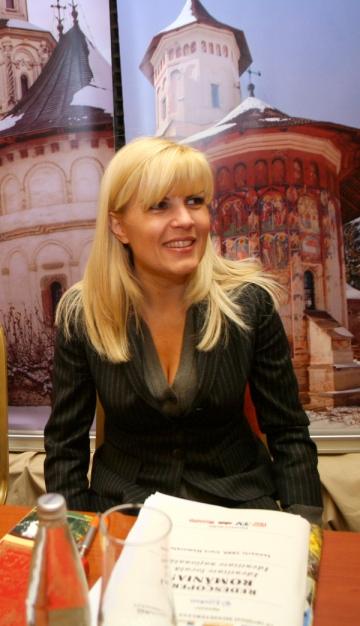 Elena Udrea lasa Burberry pentru traista bucovineana