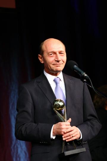 Basescu vrea referendum in ziua prezidentialelor