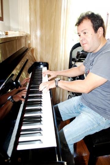 Dragos Mostenescu, album cu piesele lui Elton John