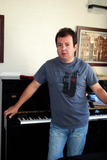 Dragos Mostenescu petrece o zi de nastere cu pacaleli