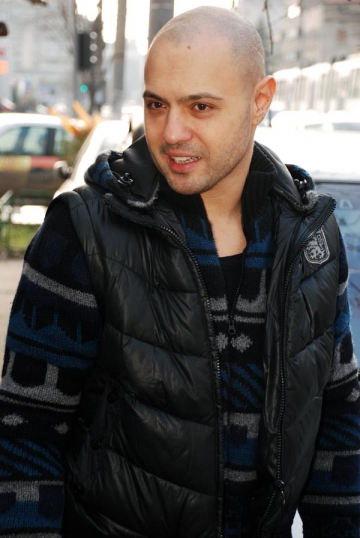 Mihai Mitoseru, mire in blugi si tricou la malul marii