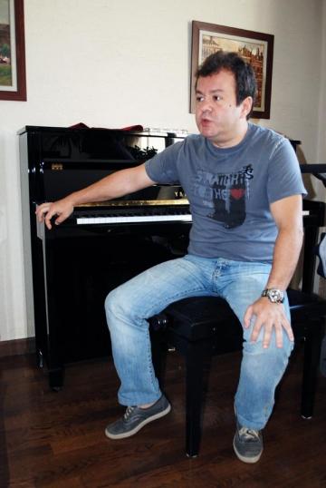 Dragos Mostenescu se crede Elton John