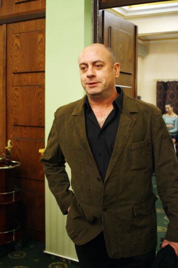 "Emil Mitrache si-a pus ""fundita"" si s-a oferit in dar sotiei sale"