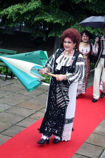 """Elena Merisoreanu: """"Traditiile oltenilor imi dau batai de cap"""""""