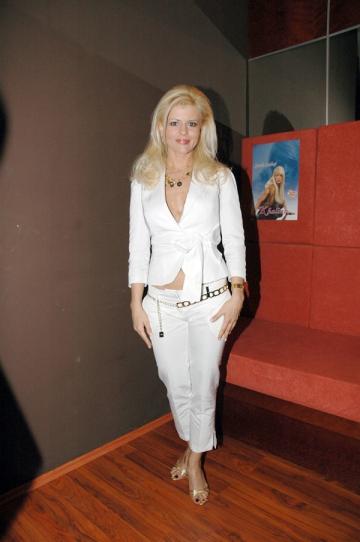 Sanda Ladosi isi amana proiectele muzicale