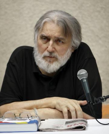 Adrian Paunescu construieste in rai Cenaclul Flacara