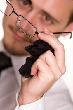 Sfatul zilei: curatati ochelarii, fara a lasa urme de zgarieturi