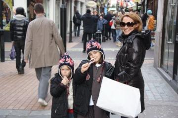 Fiica Andreei Esca isi coafeaza fratele