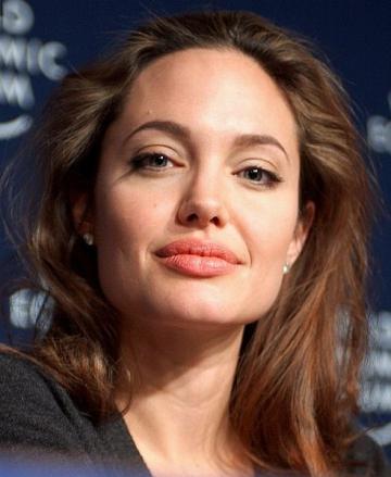Angelina Jolie nu le ascunde copiilor faptul ca au fost infiati
