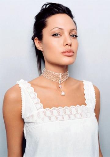 Angelina Jolie debuteaza ca regizor