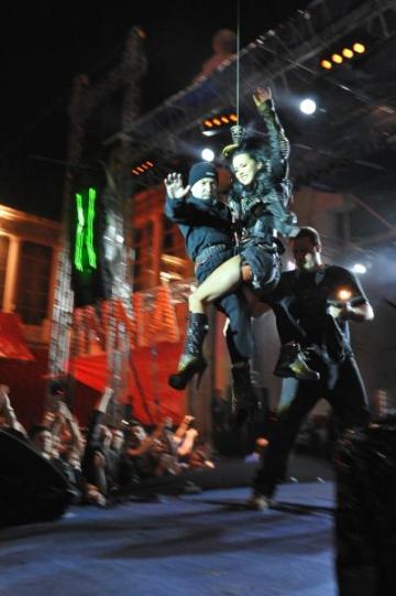Inna, in pantofi Mihaela Glavan la concertul de la Arenele Romane