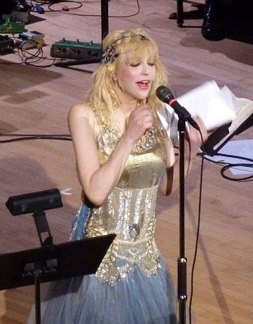 Courtney Love isi doreste un iubit bogat