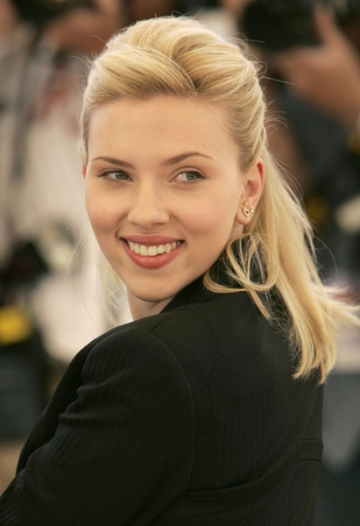 Scarlett Johansson isi apara dreptul la o viata privata