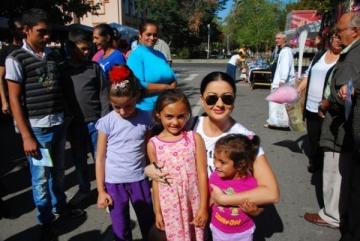 Gabi Cristea a celebrat toamna la Mizil, inconjurata de copii