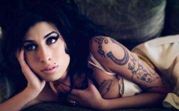 Legisti: Amy Winehouse a murit din cauza alcoolului