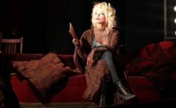 """Iulia Vantur, dansatoare de cabaret in piesa """"Lautrec la Bordel"""""""