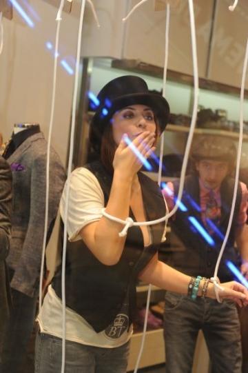 Adina Buzatu - spectacol de pantomima in vitrina
