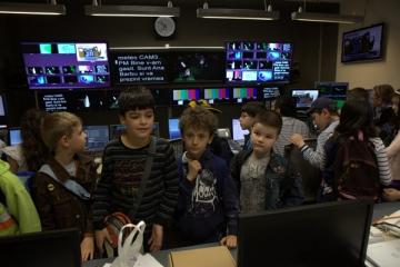 Emma Zeicescu si Cosmin Stan, gazde pentru micutii care au vizitat Digi24