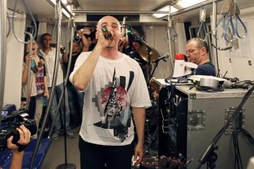 Voltaj a cantat live pentru fanii sai intr-un metrou in miscare