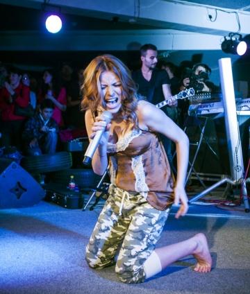 Elena Gheorge a cantat desculta in Garajul Europa FM