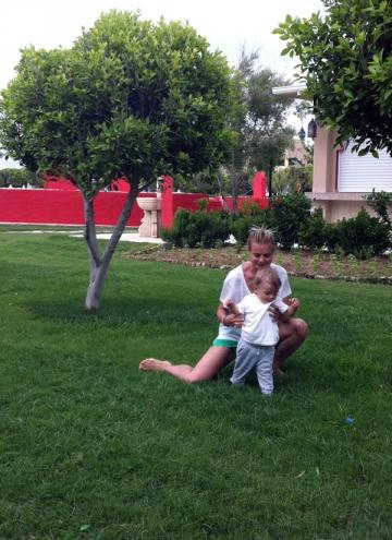Baietelul lui Jojo a facut primii pasi singur in timpul unei vacante in Turcia