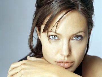 Angelina Jolie si-a asumat pentru a doua oara rolul de designer de bijuterii