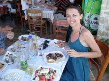 Izabela Panescu s-a rasfatat in Grecia cu delicatese traditionale