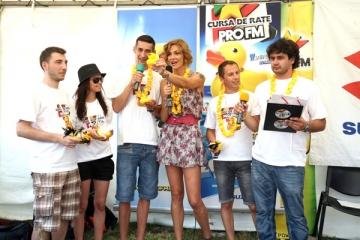 Roxana Ciuhulescu a transmis in direct o... cursa de rate din plastic