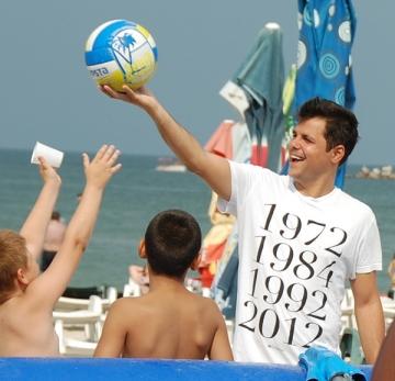 Gabriel Coveseanu s-a distrat la mare in compania fanilor sai