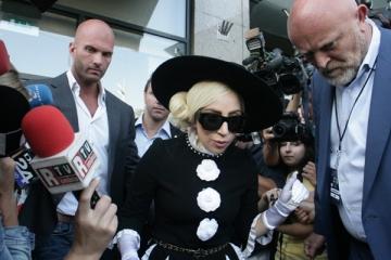 Lady Gaga suprinsa de VIP la iesirea din hotel