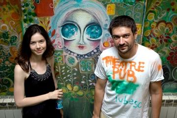Alina Grigore si Bogdan Albulescu, ajutati de elevi sa-si deschida pub